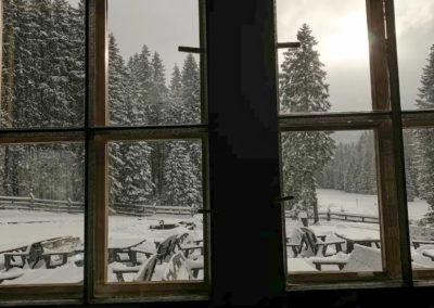 Výhled z okna horské chaty Ornak v Dolina Kościeliska